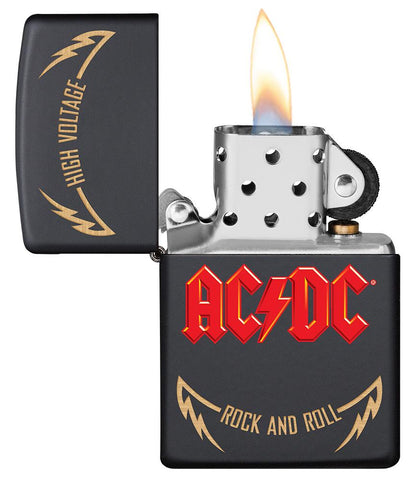 Frontansicht Zippo Feuerzeug AC/DC Cover Black Matte, High Voltage Rock and Roll Logo geöffnet mit Flamme