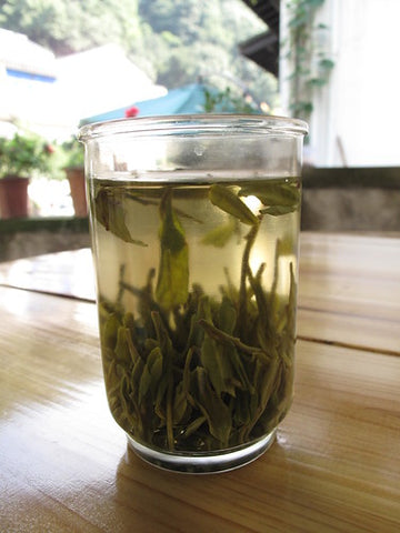 Mingqian leaves falling vertically in the glass