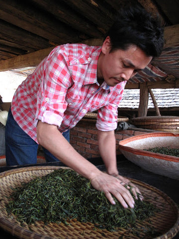 Rou Nian - Rolling the leaves to mix the leaf juices
