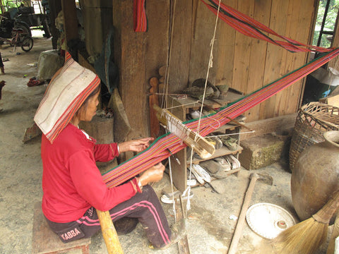 Weaving Jinuo fabric on a traditional shuttle loom