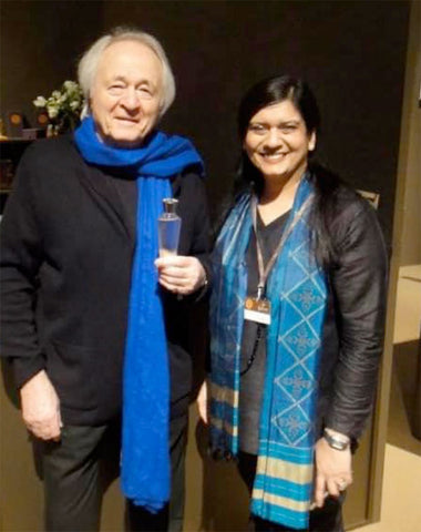 Photo of Neela Vermeire with the bottle designer Pierre Dinand