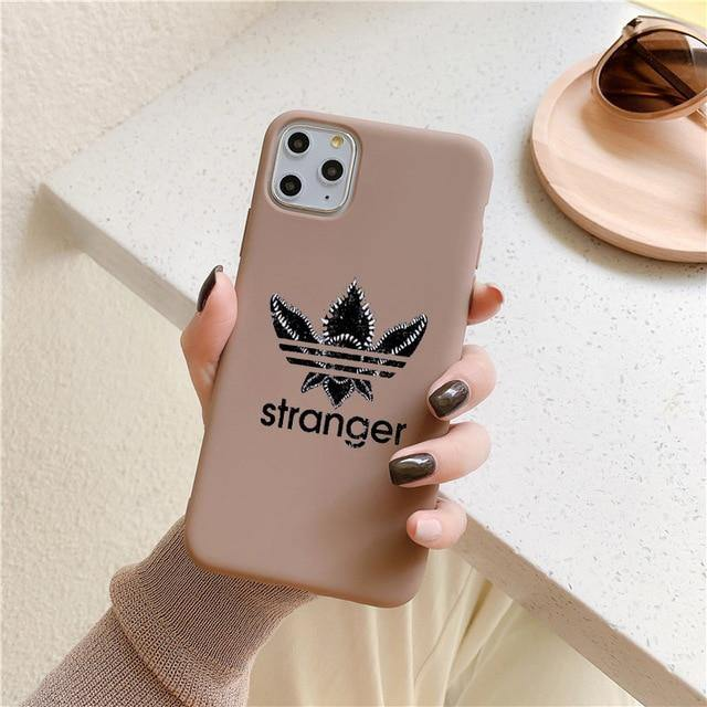 Coque iPhone Stranger Things logo Stranger brune | La Boutique Stranger Things