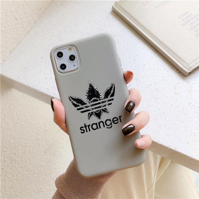 Coque iPhone Stranger Things logo Stranger grise | La Boutique Stranger Things