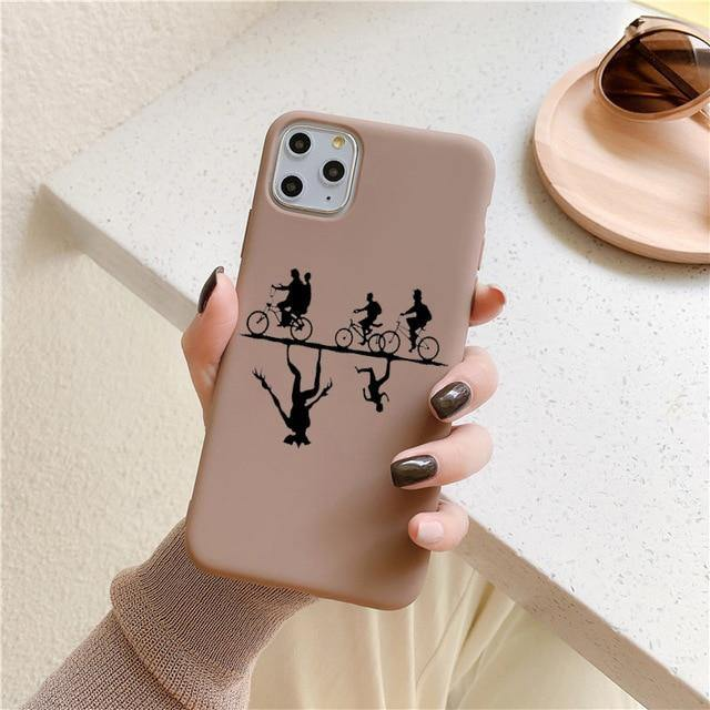 Coque iPhone Stranger Things ombre vélo brune | La Boutique Stranger Things