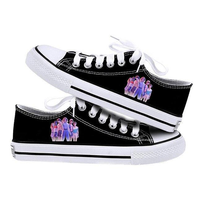 Chaussures basse Stranger Things Black groupe | La Boutique Stranger Things
