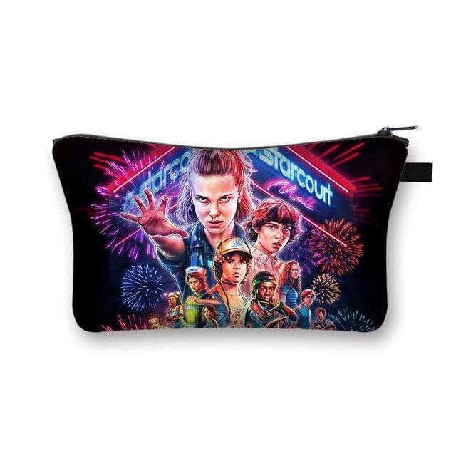 Trousse légère Stranger Things groupe feu d'artifice | La Boutique Stranger Things