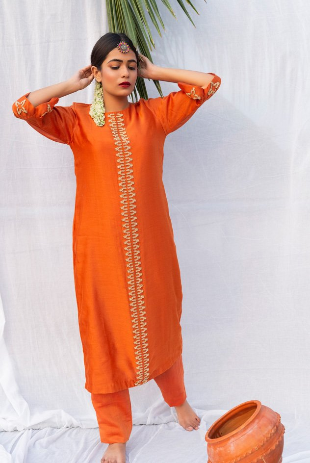 STRAIGHT KURTA WITH EMBROIDERY DETAILS, AND PLEATED SLEEVES DETAILS PARED WITH STRAIGHT PANTS.