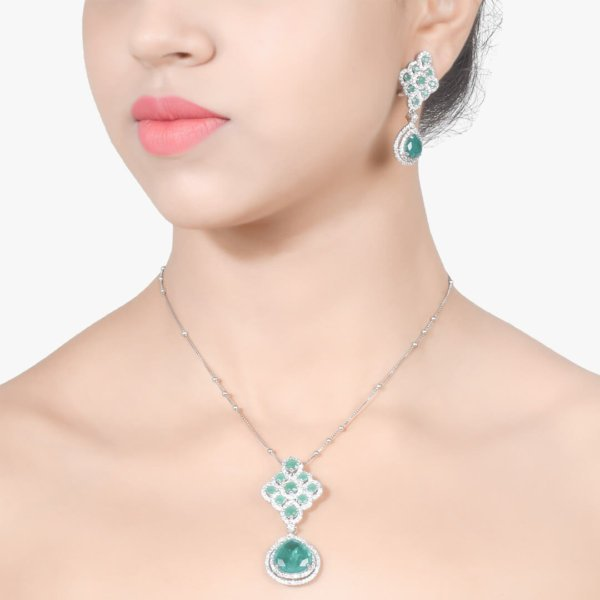 EMERALD AND DIAMOND RHOMBUS WITH EMERALD PEAR DROP AND EARRINGS