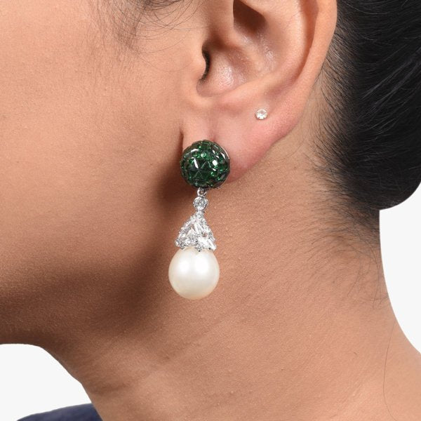 EMERALD INVISBLE SETTING TOP WITH CULTURED PEARL DROP