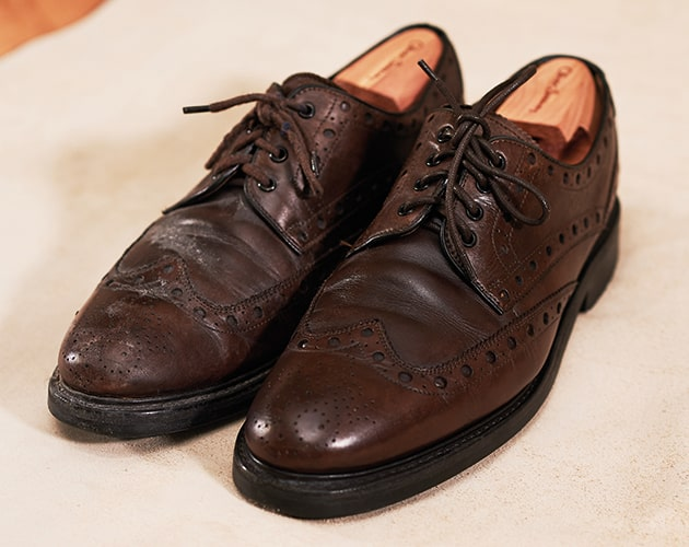 How to polish leather shoes