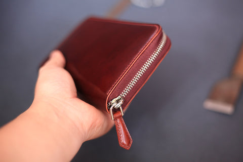 wallet with zipper closure