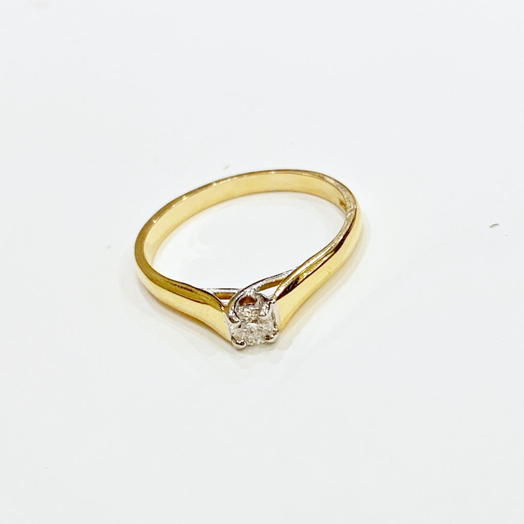 Estate Collection Ring - 18k Gold Diamond Single Stone