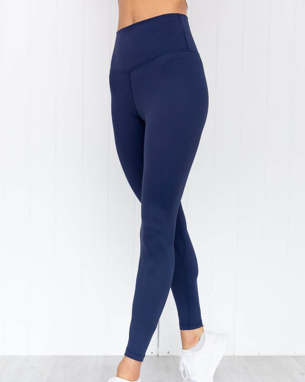Front view of model wearing midnight navy panther high rise full length legging
