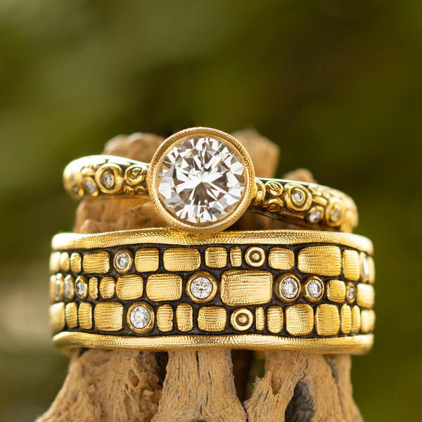 """Old Bridge"" Band with Diamonds in 18K Gold"