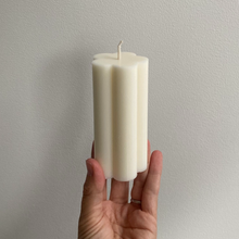 Load image into Gallery viewer, DAISY DRIP CANDLE