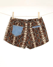 Load image into Gallery viewer, Denim Pockets Python printed Short, Size M