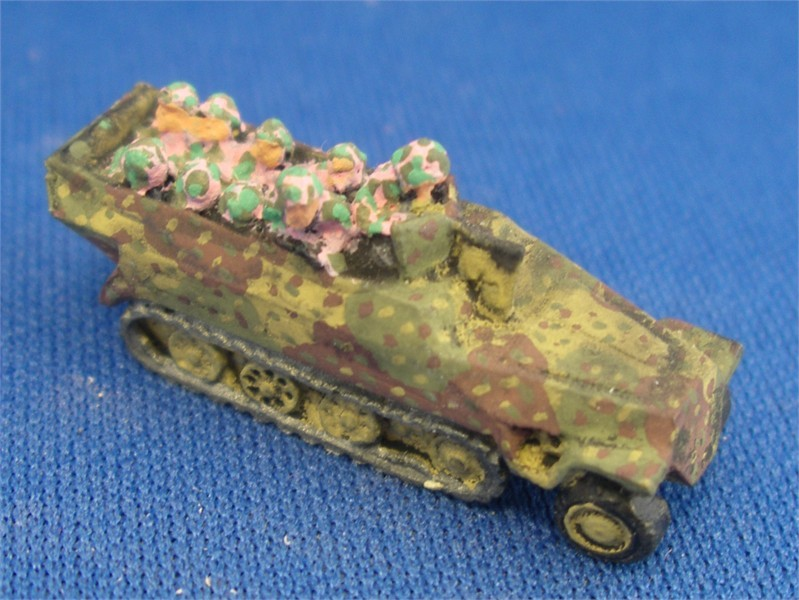 GS24  Sdkfz 251/1D & troops