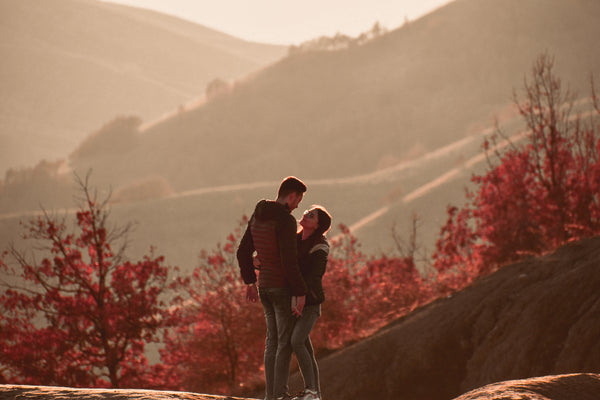 autumn-couple-hike