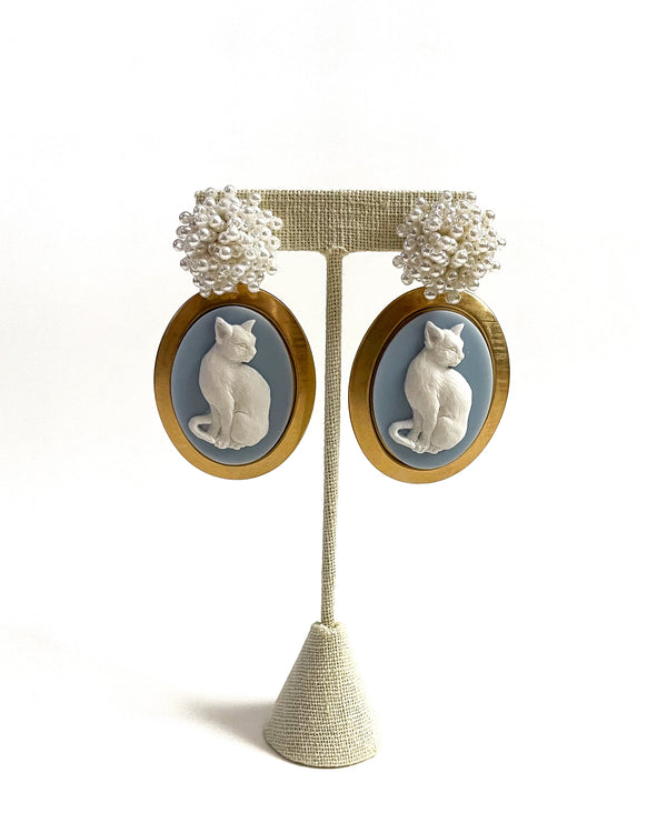 pearly bauble & blue kitten cameo