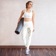 Lade das Bild in den Galerie-Viewer, Yoga-Capri-Leggings im trendigen Gold-Blatt-Design für jeden Anlass (New York Gold) - Yoga & Soul Fashion