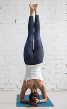 Lade das Bild in den Galerie-Viewer, Yoga-Leggings in dunkelblau mit strahlendem Schimmer (Midnight Shine) - Yoga & Soul Fashion