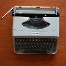 Load image into Gallery viewer, Underwood 18 (1960s) Typewriter (beige w/ dark grey keys) - 012