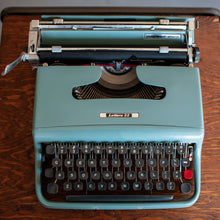 Load image into Gallery viewer, Underwood/Olivetti Lettera 22 Typewriter (Sage Green w/ Grey Keys) - 074