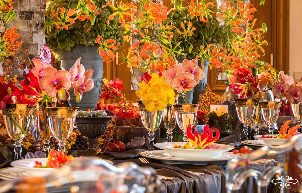 Gloriosa creates movement and rhythm in the table design with its long sinuous stems and spectacular flowers.