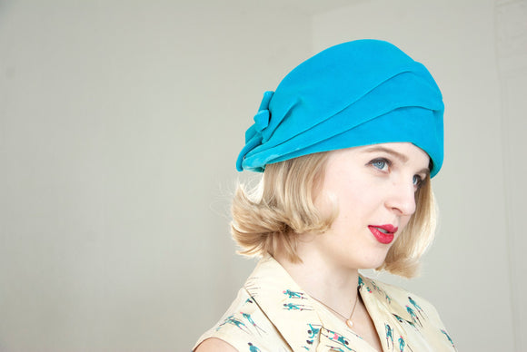 Vintage 1950s turquoise velvet turban hat, large blue formal pin-up mid-century mod formal 1920s art deco style