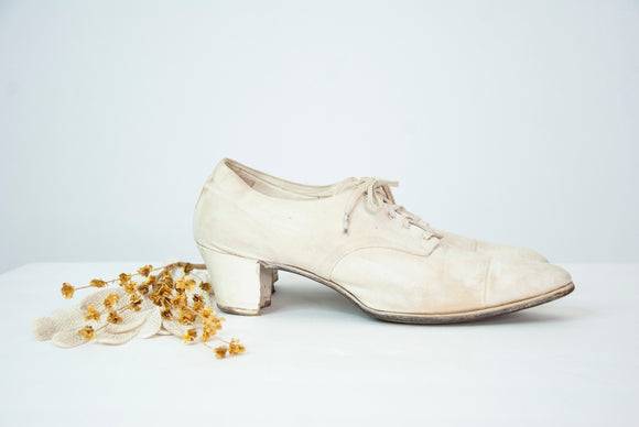 Antique white Edwardian shoes, low canvas oxford tie laces closed toe wooden heel wedding 1900s 9 10
