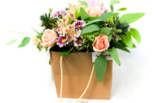Lade das Bild in den Galerie-Viewer, Bouquet in Shopping Bag - Vanda Kraft - Flowers Palermo