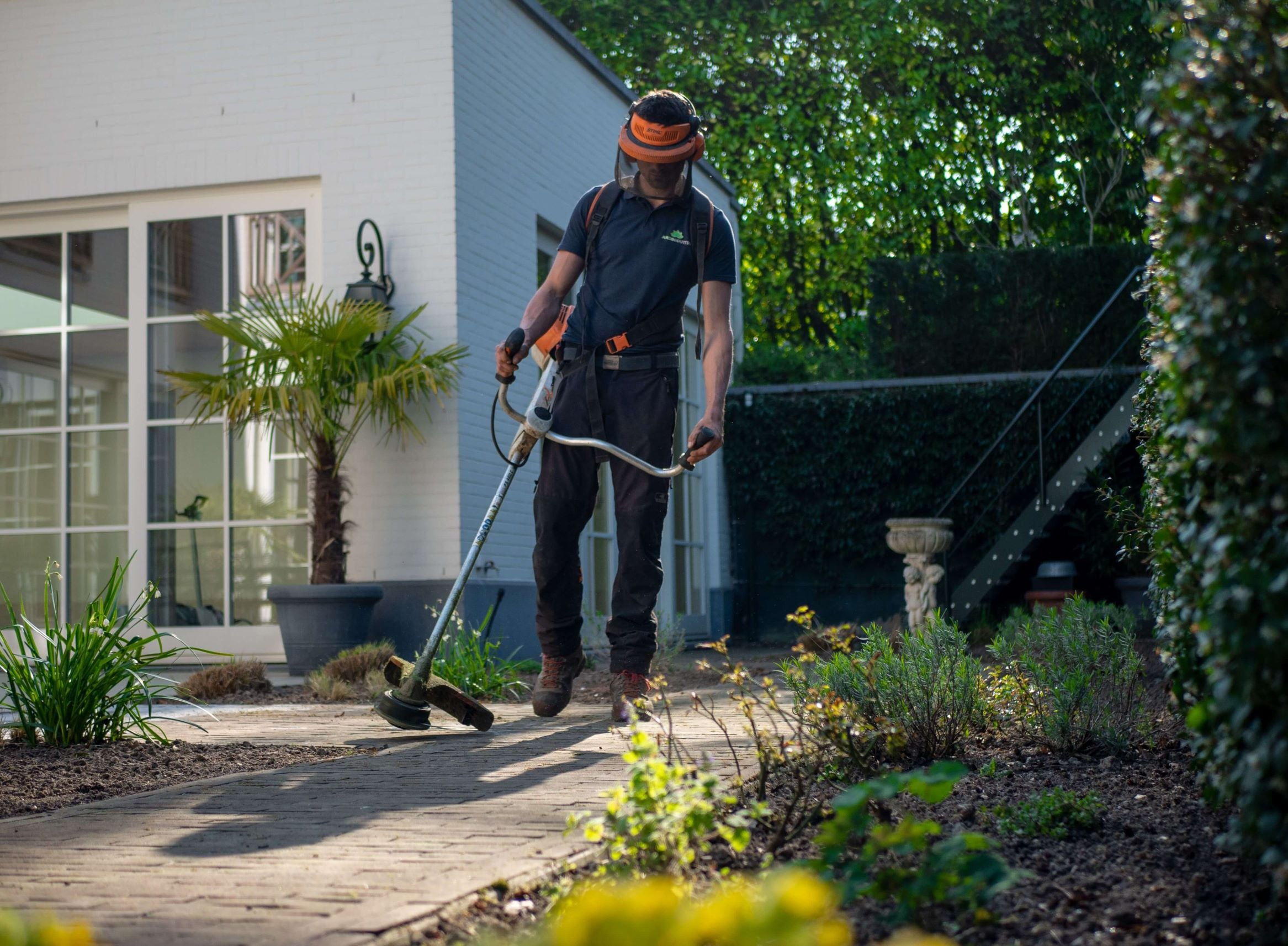 How To Use A Weed Trimmer