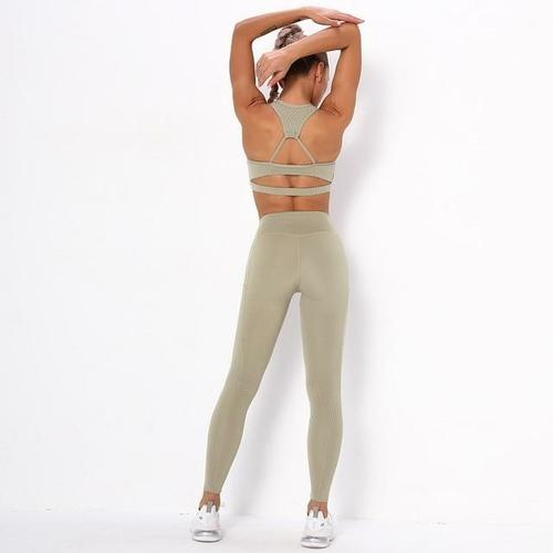 Seamless sports yoga suit.