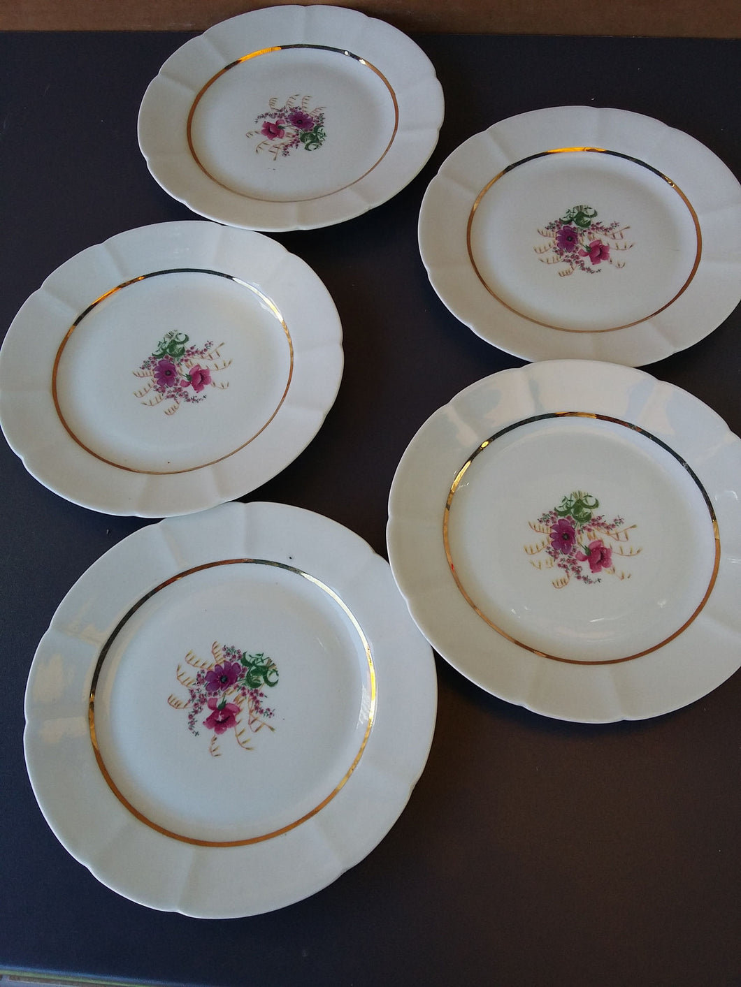 Lot de 5 assiettes en porcelaine