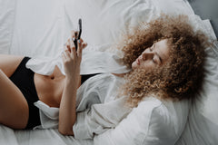 Avoid smart phones in bed to prevent insomnia from blue light