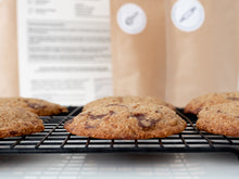 Lade das Bild in den Galerie-Viewer, Glutenfreie Chocolate Chip Cookies auf Kuchengitter