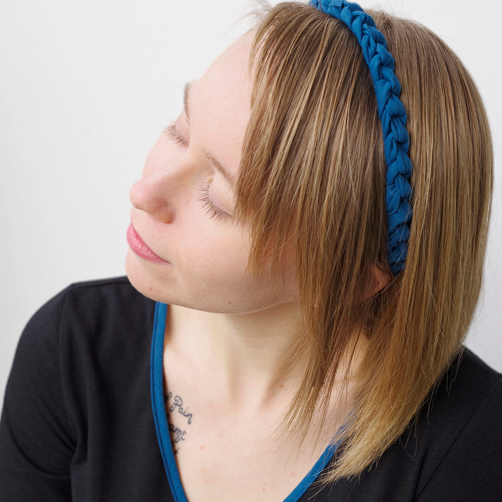 Roped-style stretchy headband in blue