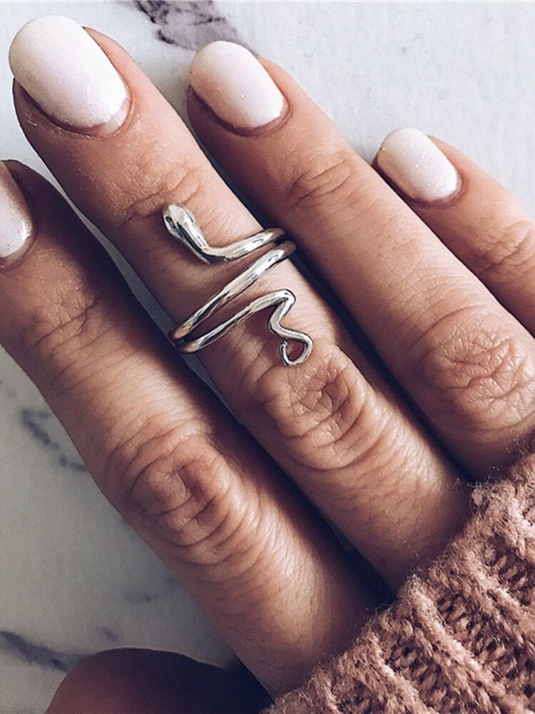 Snake ring silver on woman