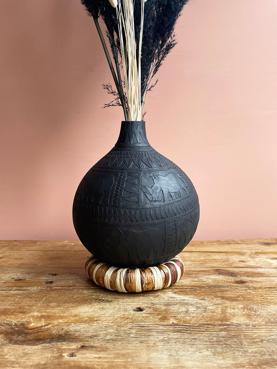 Black calabash vase engraved by Calabasas