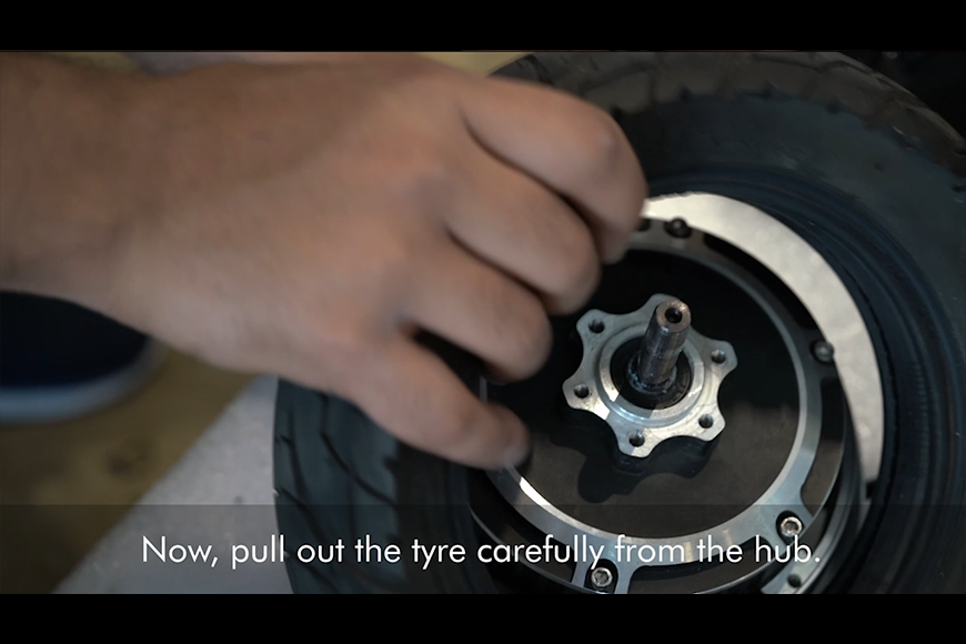 Pull out the e-scooter tyre from the hub.