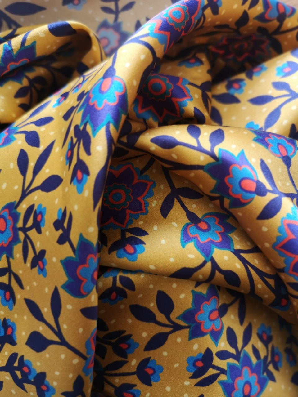 Capucine - carré de soie- ibebysabine - 100% soie naturelle - imprimé Liberty of London - Fil certifié OEKO-TEX -  Fond ocre, motifs bleus, violets et rouge - Made ine France - Mode éco-responsable -