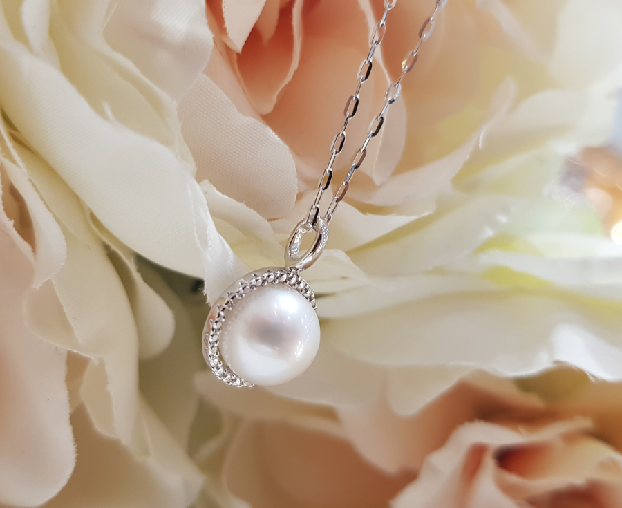 9ct. White Gold, Pearl Pendant & Chain