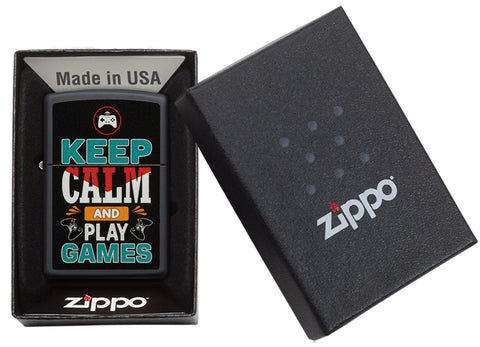 Zippo aansteker zwart met inscriptie Keep Calm and Play Games in open doos
