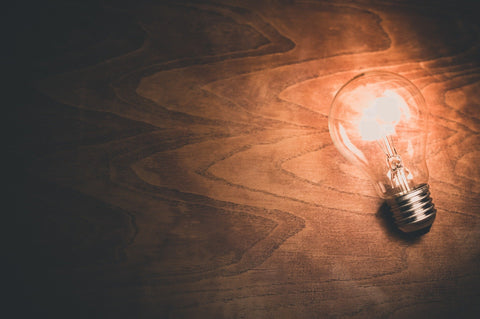 Incandescent light bulb with lower impact on melatonin production and sleep