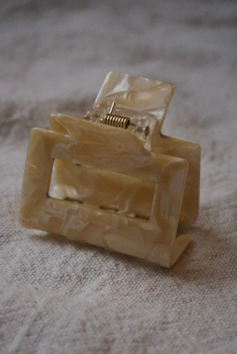 SMALL SQUARE HAIR CLAW CREAM