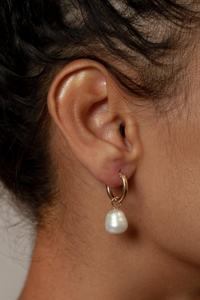 SMALL PEARL HOOP EARRINGS GOLD