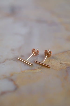 Hannah Naomi mini bar line stud earrings rose gold | PIPE AND ROW