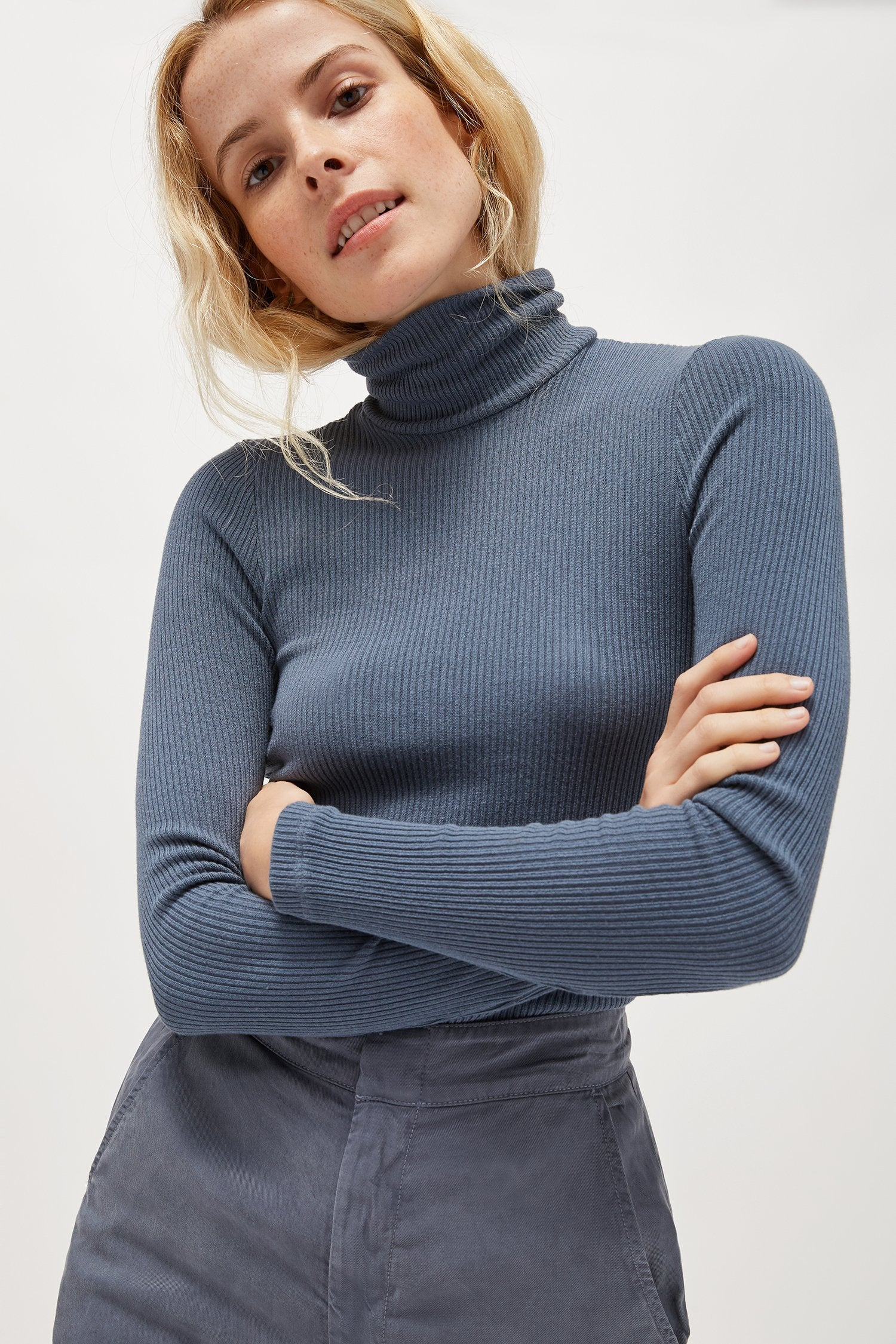 RIBBED TURTLENECK SWEATER STEEL BLUE