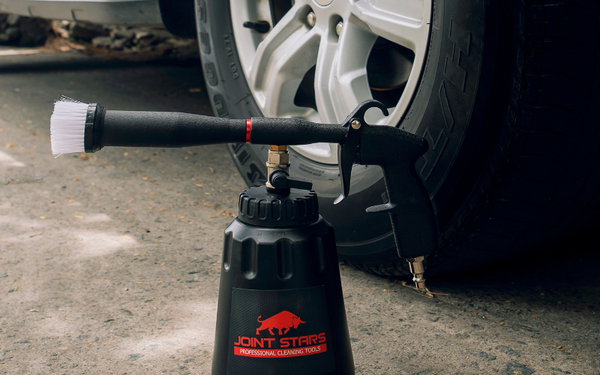 use a car cleaning gun to apply cleaning solution to protect wheels wells
