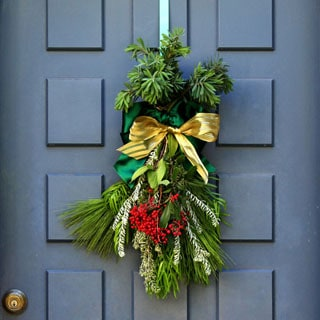 HOW TO CREATE A FESTIVE DOOR SWAG & MAKE YOUR OWN BOW